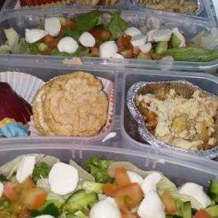 סלט ירקות עם חתיכות גבינה צפתית , פריכיות אורז, תפוח , חביתה מקושקשת.